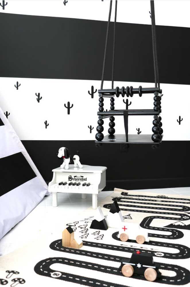 Aqui, o tapete infantil segue a temática preto e branco
