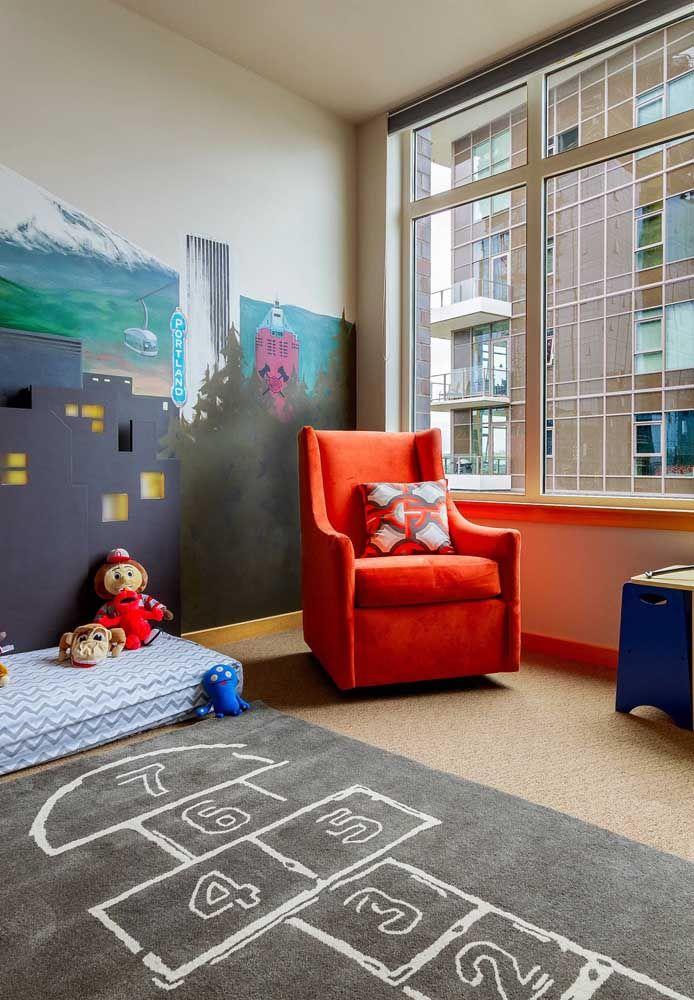 O quartinho montessoriano traz uma amarelinha no quarto para brincar, faça sol ou faça chuva