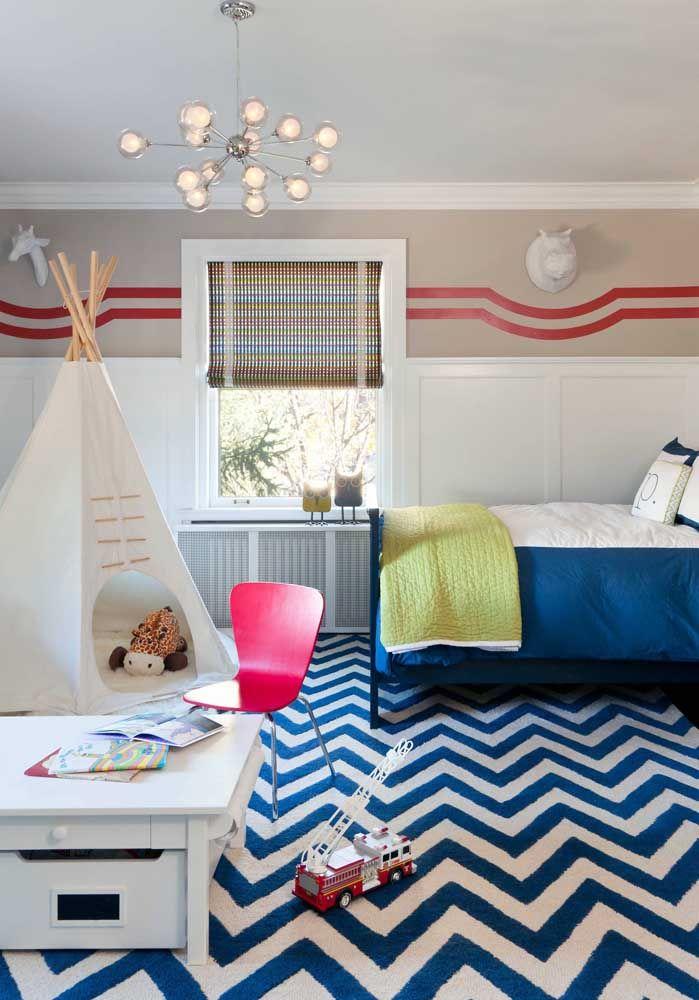 Chevron azul e branco no tapete do quarto infantil, seguindo a tendência de decoração dos demais espaços da casa