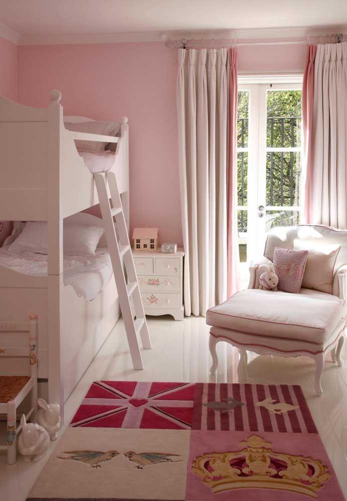 O quarto das meninas ganhou um tapete cor de rosa inspirado na realeza