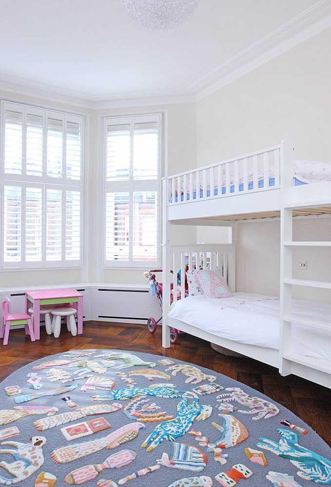 O tapete com alto relevo de animais e objetos oferece uma experiência sensorial muito didática e lúdica para as crianças