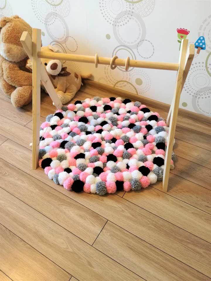 Esse aqui é especial para os bebezinhos: eles podem ficar deitados sobre o tapete e brincar com os penduricalhos acima