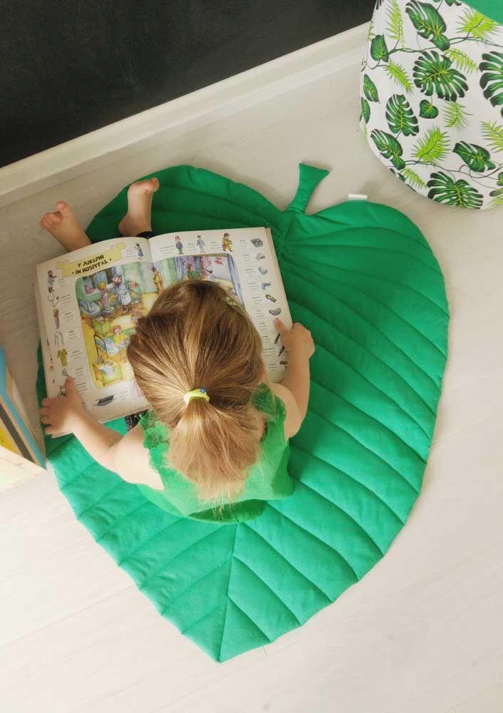 O tapete em formato de folha faz a criança voar ao sabor do vento enquanto faz a leitura do livro
