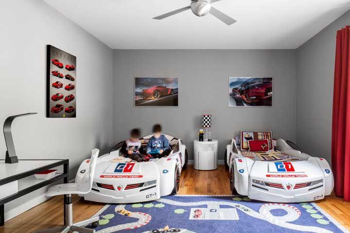 Os carros já estão a postos para a corrida sobre o tapete