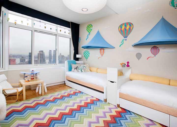 Um tapete de chevron estilizado para o quarto infantil compartilhado