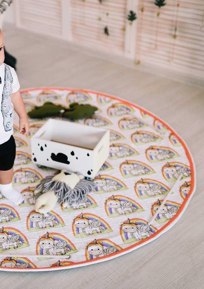 O tapete infantil ajuda a delimitar o espaço da brincadeira