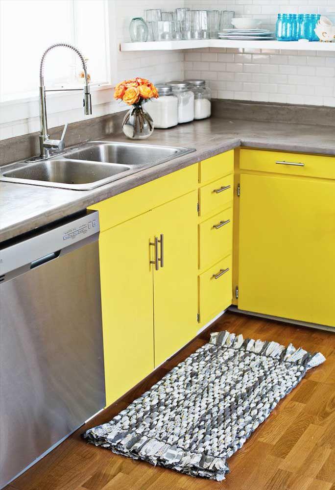 Um modelo de tapete de crochê cheio de simplicidade para realçar a cozinha amarela