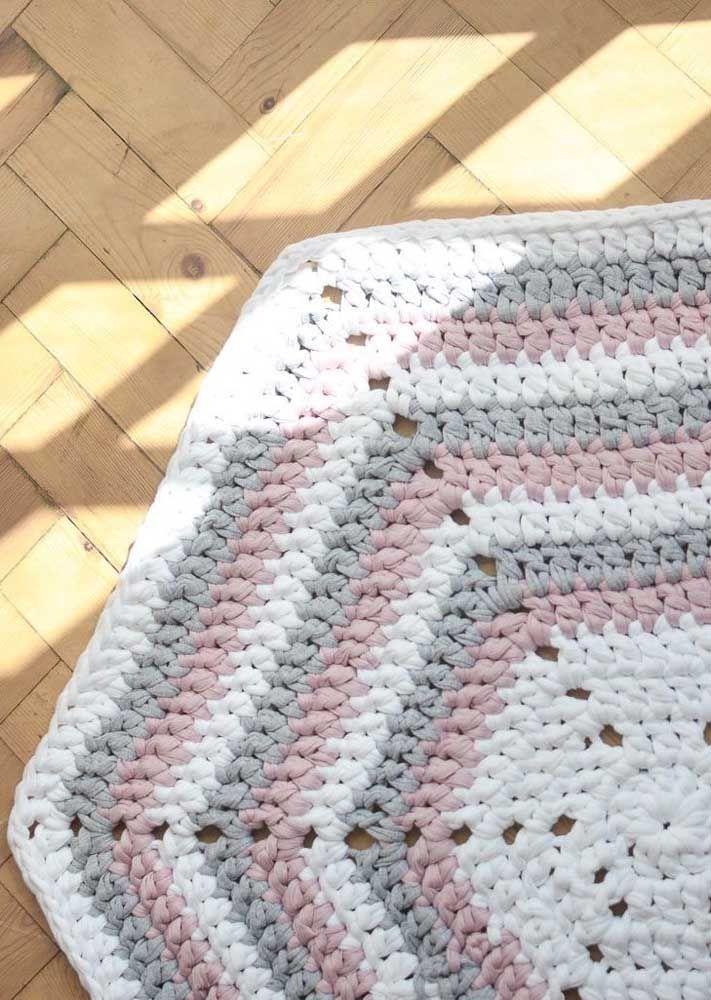 Em três tons, esse tapete de crochê simples traz um formato bonito e diferente