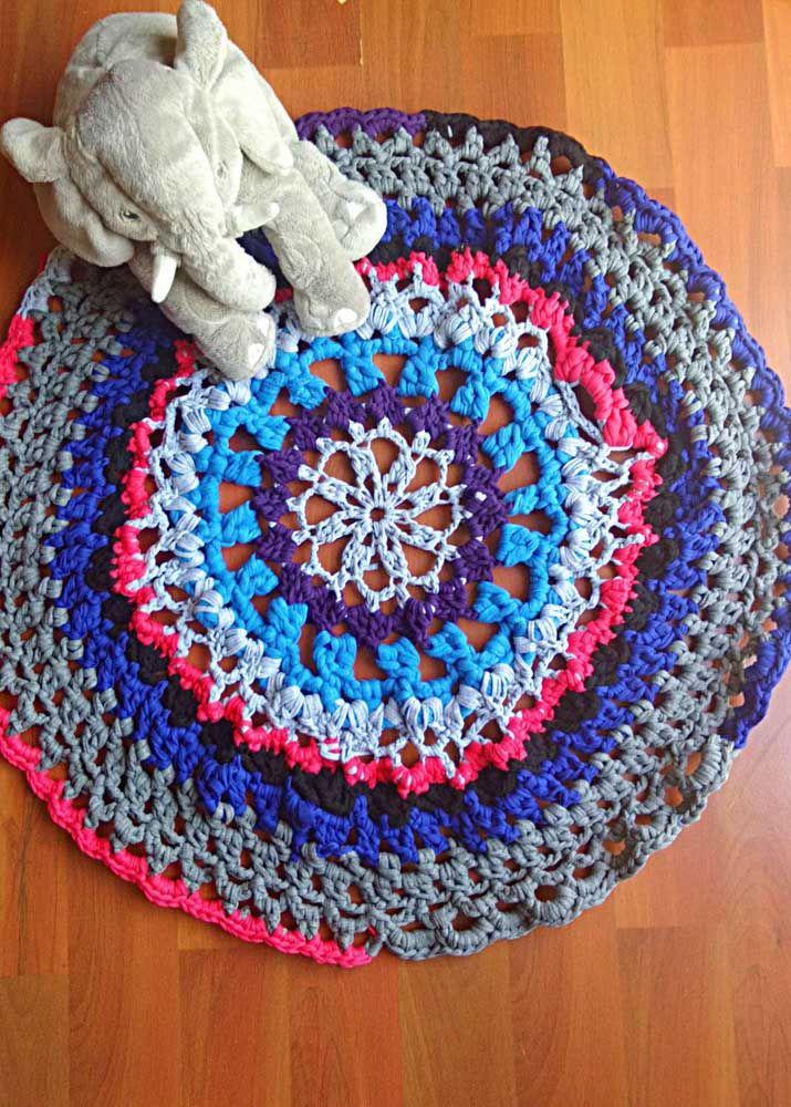 O quartinho das crianças acolhe muito bem os tapetes de crochê simples