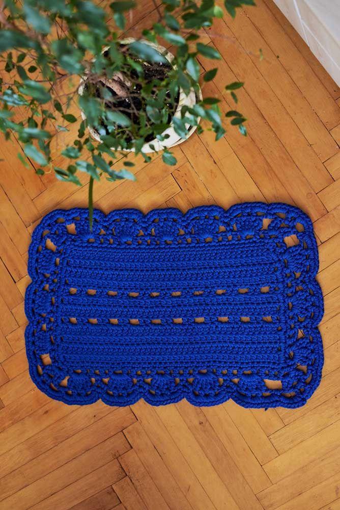 Nada como um azul forte e aveludado para criar um tapete de crochê