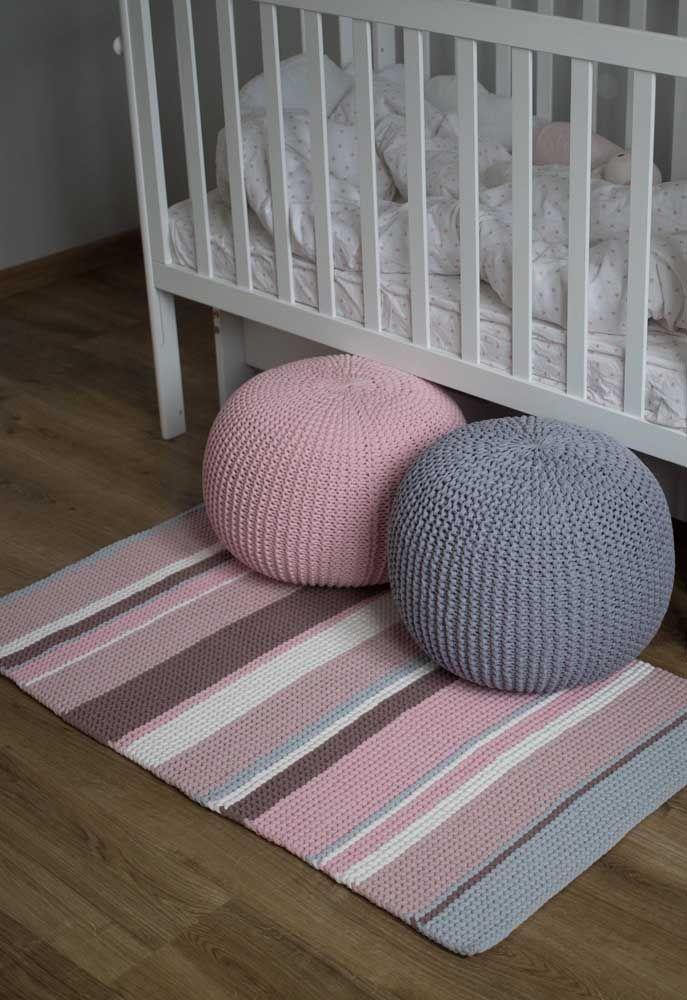 Monte um conjunto de tapete e puff de crochê combinando as cores entre eles