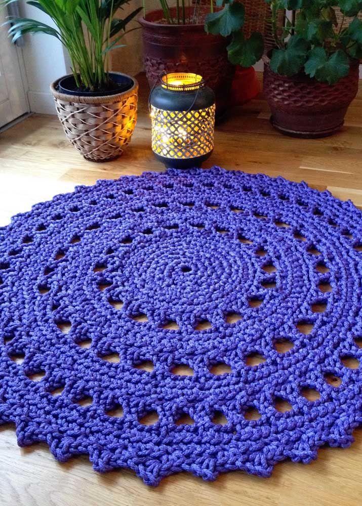 Azul, redondo e simples de fazer, não é perfeito esse tapete de crochê?