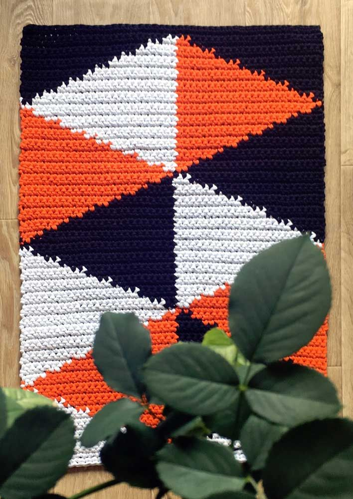 Cores fortes e contrastantes nesse modelo de tapete de crochê simples
