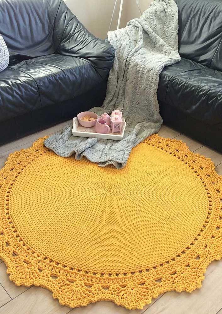 Que tal um modelo de tapete de crochê simples amarelo para cobrir toda a sala? Lindo!