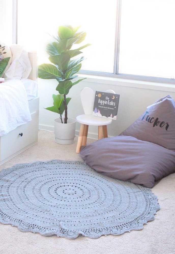 Tapete de crochê simples em um tom de azul delicado para combinar com a decor neutra da sala