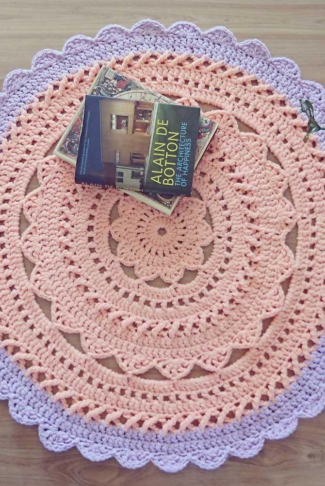 Rosa com borda lilás: delicadeza e suavidade nesse tapete de crochê
