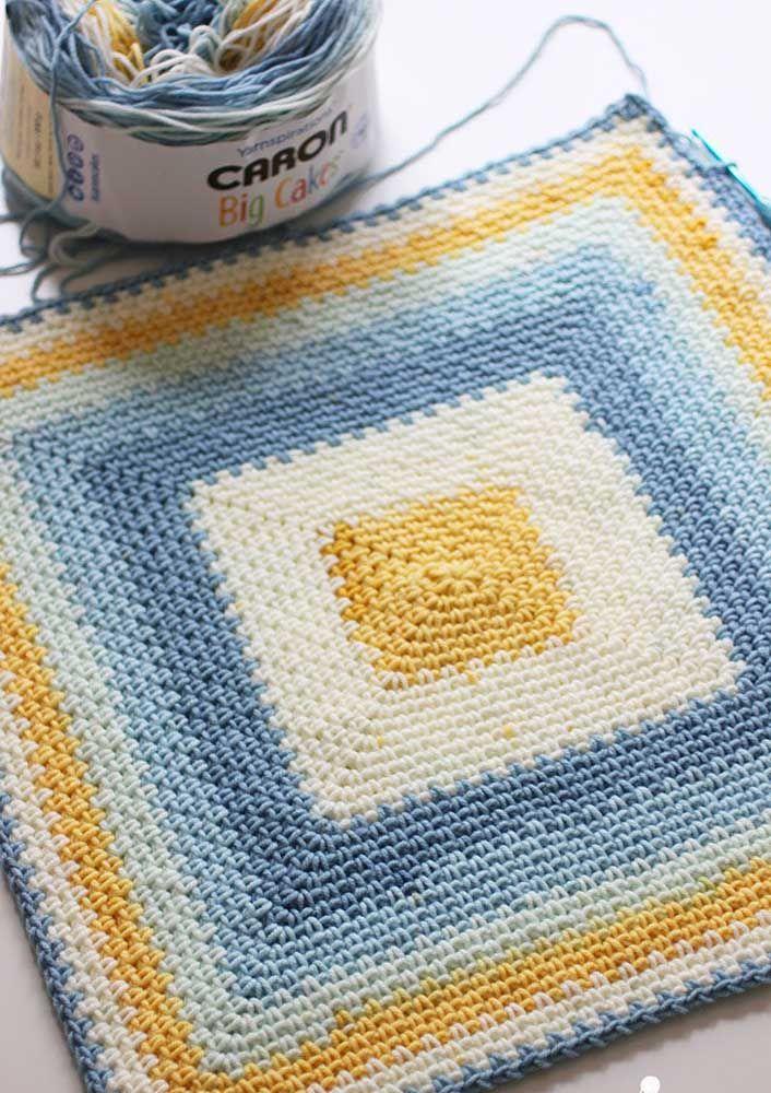 O degradê de azul e amarelo traz um efeito de profundidade interessante para o tapete
