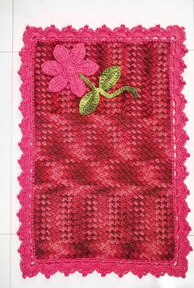 A aplicação de flor deu um toque especial para esse pequeno e simples tapete de crochê