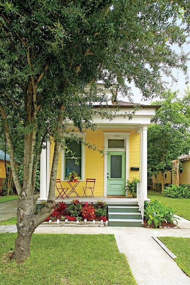Um pequeno e bem cuidado jardim para emoldurar a casinha amarela