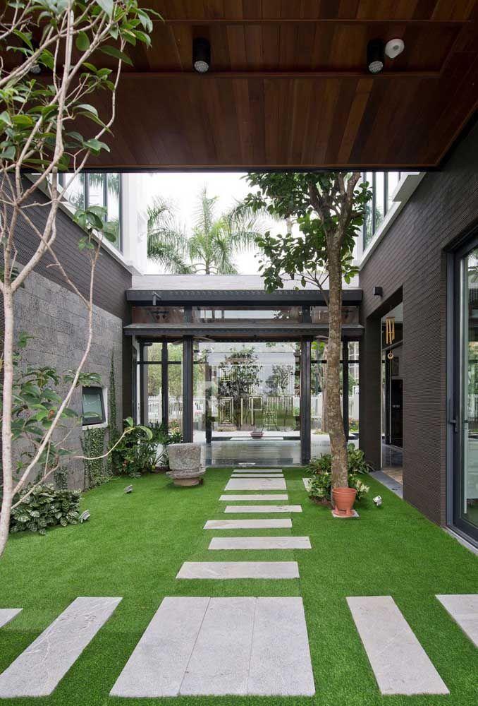 Simplicidade acolhedora: aqui, o gramado com pisantes e algumas poucas espécies de plantas já foram suficientes para criar o jardim