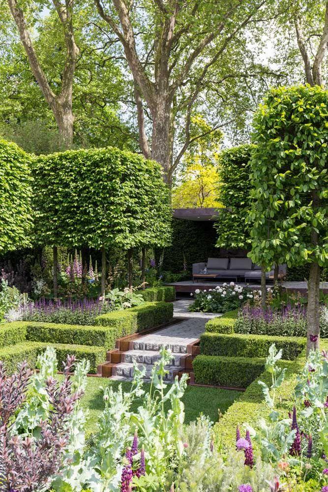 O muro com plantas trepadeiras garantem profundidade ao jardim