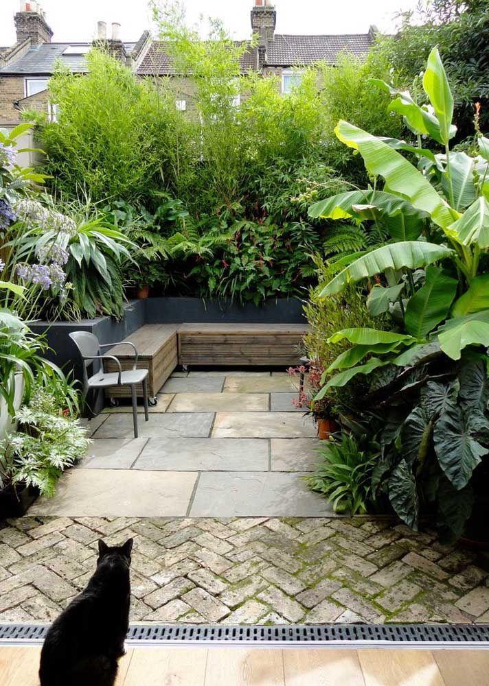 Não se esqueça do banquinho para poder contemplar o seu jardim ao final do dia