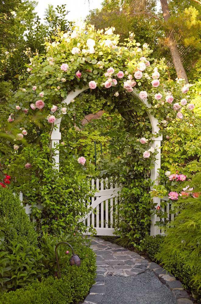 Para cair de amores por esse arco de rosas na entrada da casa