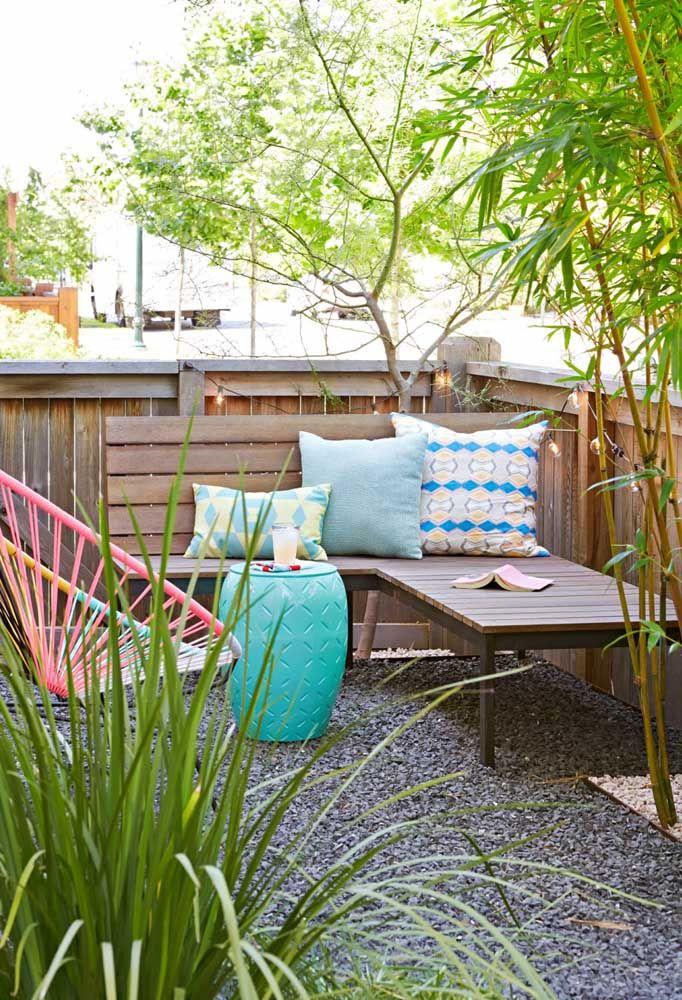 Jardim pequeno, simples e confortável, ideal para quem não tem muito tempo para jardinagem; repare que o chão de pedras substitui a grama e a alta manutenção que ela exige, enquanto os bambus preenchem o espaço de verde