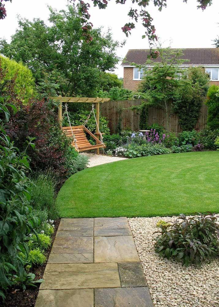 Quer algo mais convidativo do que um balanço de madeira no jardim?