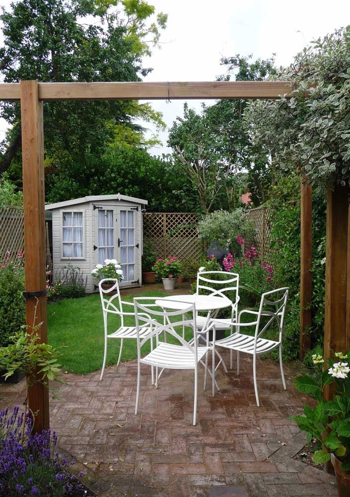 Mesa e cadeiras de ferro para apreciar o jardim nas tardes quentes
