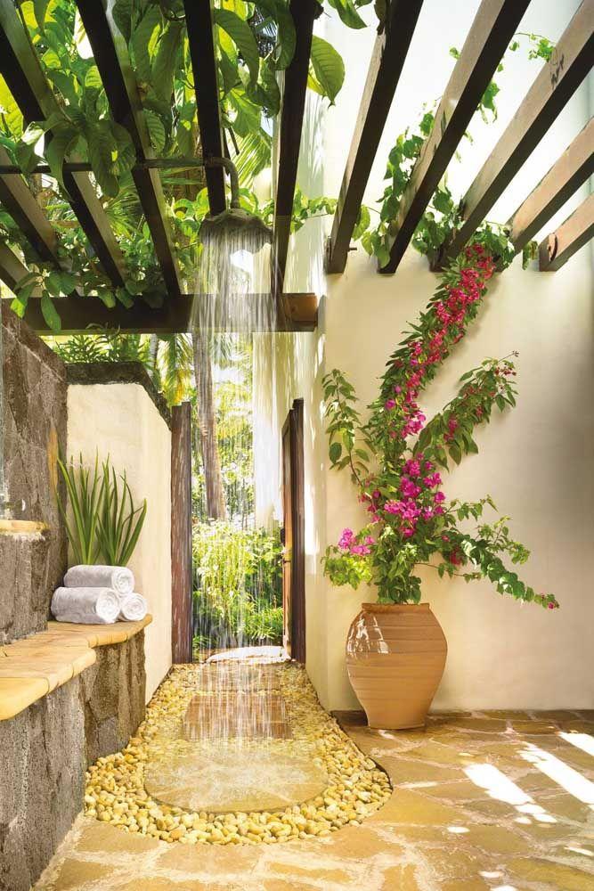 Mesmo com pouco espaço, essa casa encontrou uma solução simples e encantadora para ter um jardim