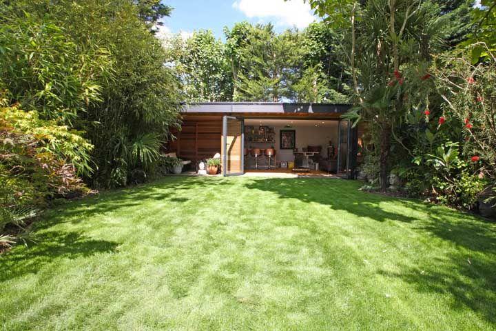 Uma opção interessante de paisagismo é deixar a área central livre e cultivar as plantas nas laterais do jardim