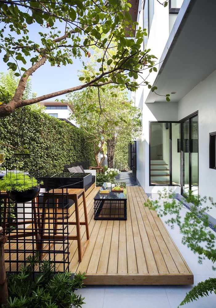 O deck de madeira delimita a área do jardim e deixa o espaço mais aconchegante