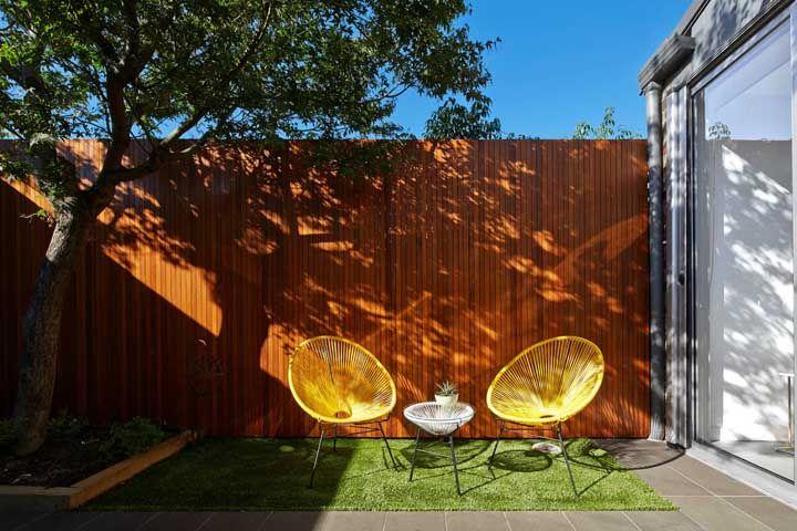 Coloque uma porta de vidro entre o jardim e a área interna da casa, assim é possível integrar os ambientes