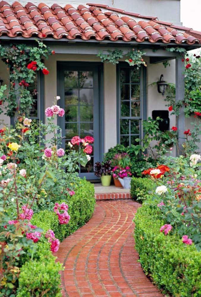 O jardim de rosas trouxe romantismo e um certo ar retrô para essa casinha; destaque para o corredor com curvas que garante movimento ao espaço