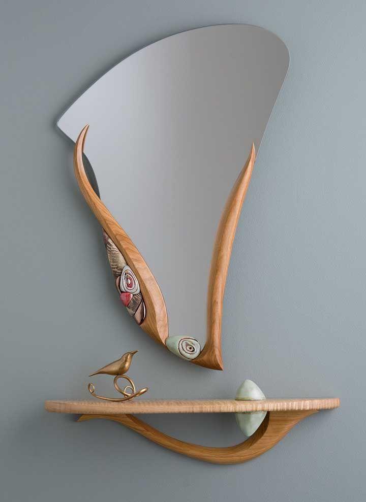 Que tal apostar na prateleira de madeira acompanhando o espelho no hall de entrada?