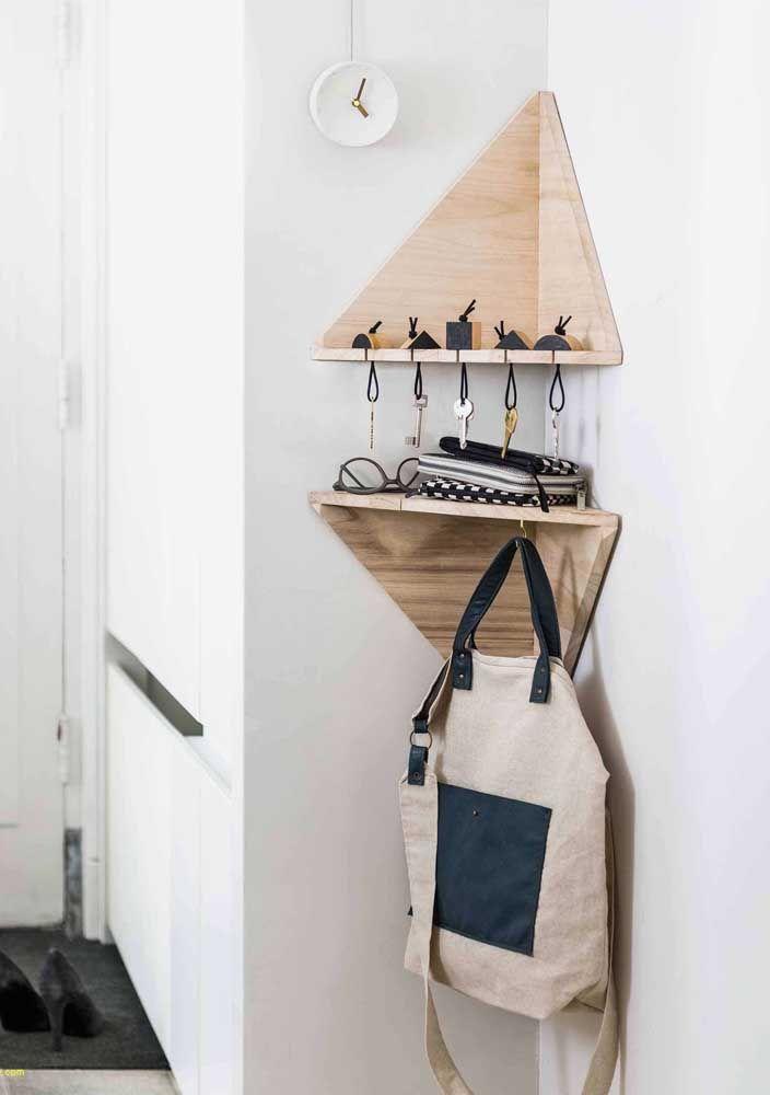 O porta-chaves e bolsas ganhou destaque com a cor da prateleira de madeira