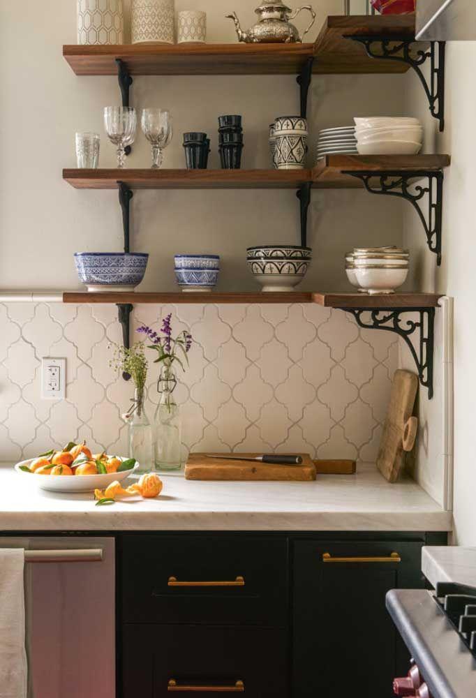 Cozinhas pequenas são a cara das prateleiras de madeira