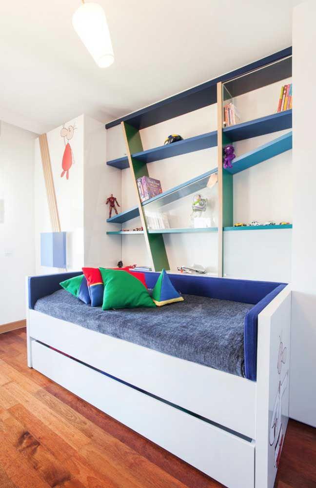 Explore cores, formatos e disposição variadas para as prateleiras de madeira para o quanto infantil.