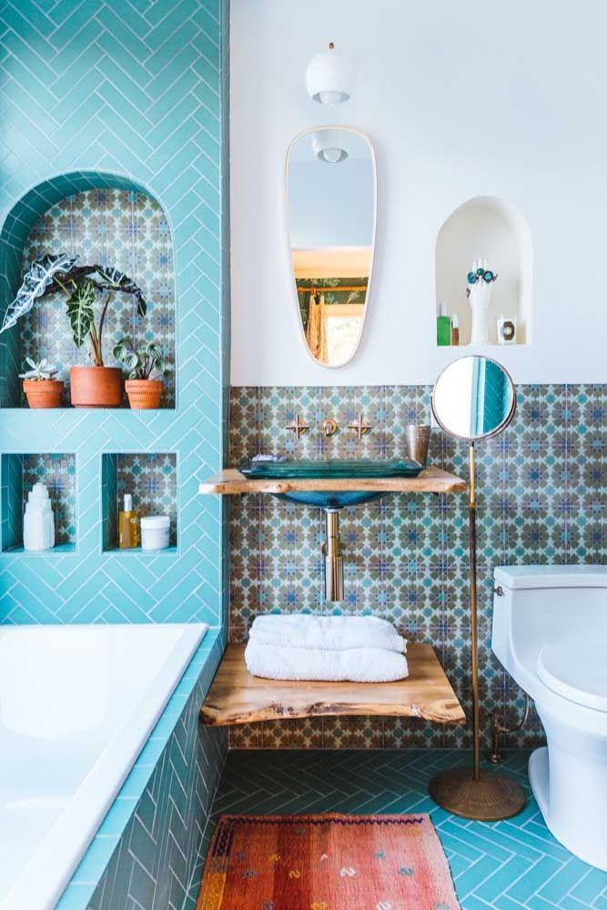 As prateleiras de madeira são a solução de decoração e organização de banheiros pequenos
