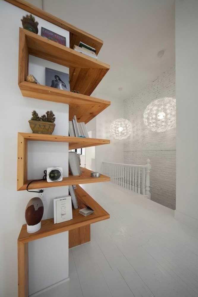 Quando bem pensadas, as prateleiras de madeira podem transformar a decoração do ambiente