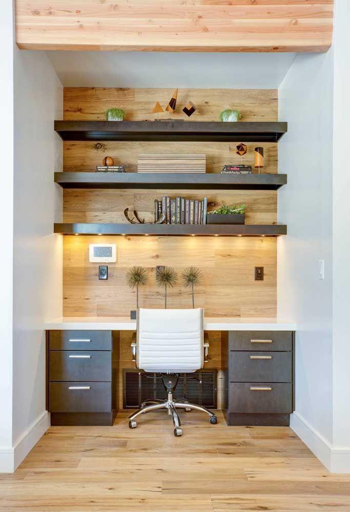 Ideia diferente de como inserir as prateleiras de madeira no escritório ou home office