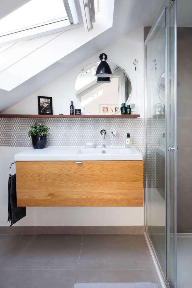 Que tal apostar em uma prateleira de madeira abaixo do espelho do banheiro?