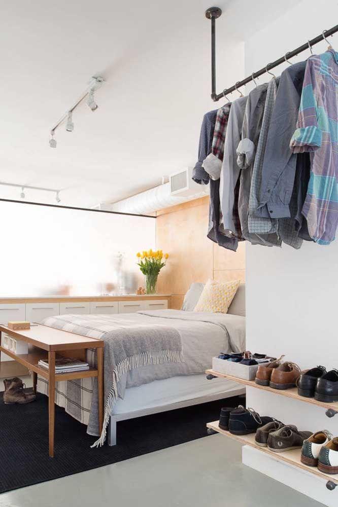 Precisa dar um up no closet e ter mais espaço para itens como sapatos? As prateleiras de madeira são perfeitas para isso!