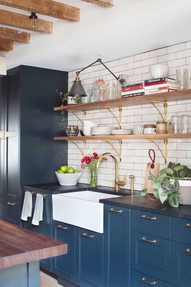 Prateleiras de madeira para cozinha com detalhes em dourado
