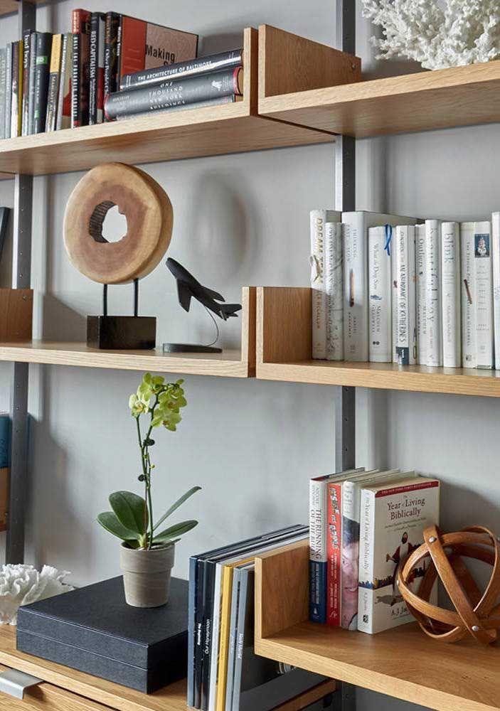 Prateleiras exclusivas para livros e objetos decorativos e elas nem precisam estar alinhadas para serem um sucesso