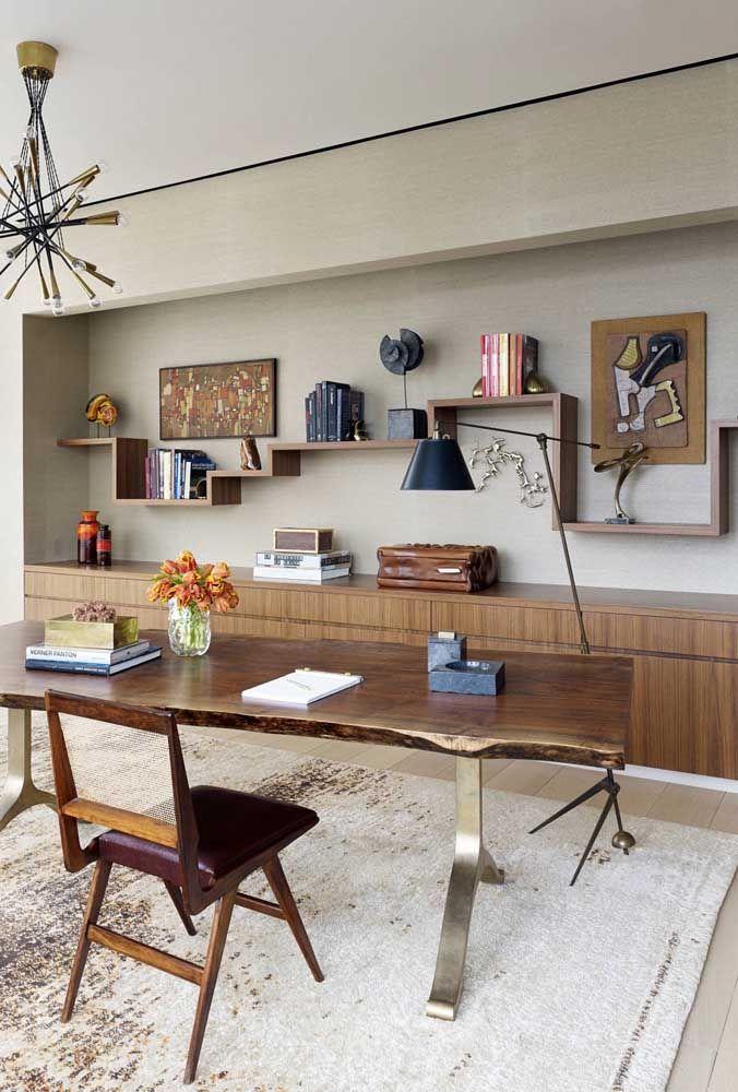 O escritório ganhou prateleiras de madeira que se tornaram responsáveis pelo design exclusivo do espaço