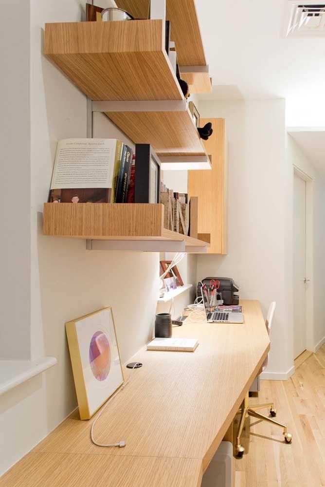 Um home office cheio de estilo com prateleiras de madeira.