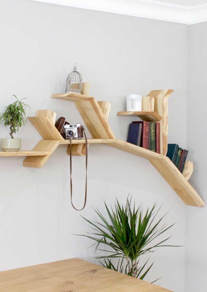 Saindo do convencional, as prateleiras de madeira organizam e enchem os ambientes de design
