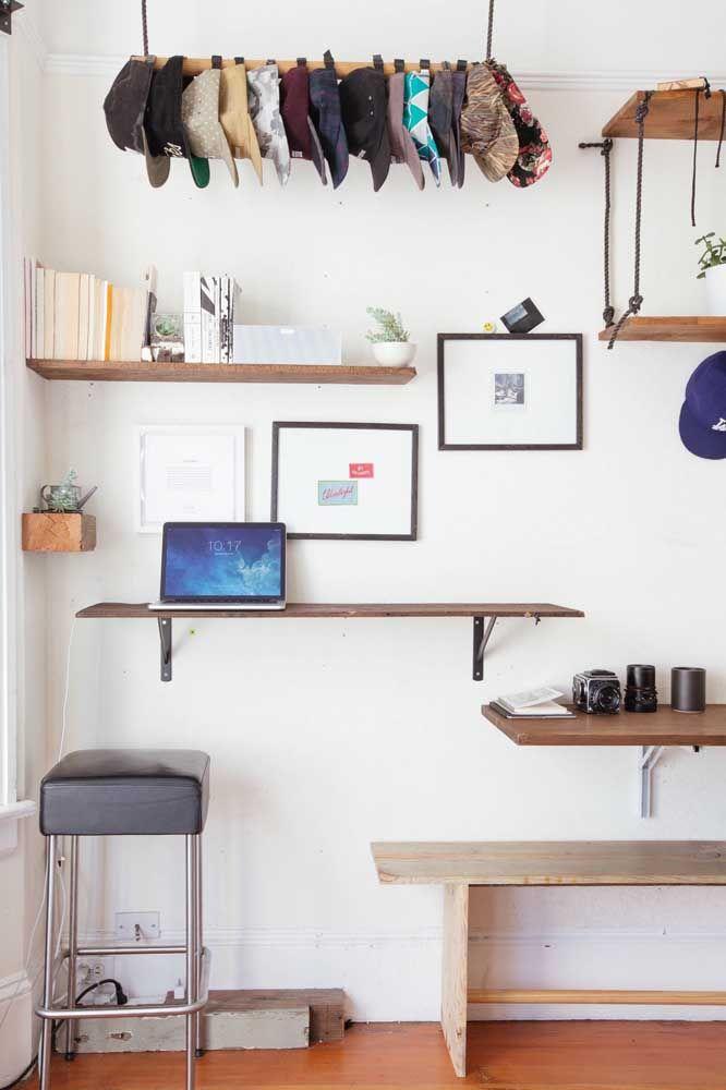 Disposições diferentes para as prateleiras de madeira no quarto